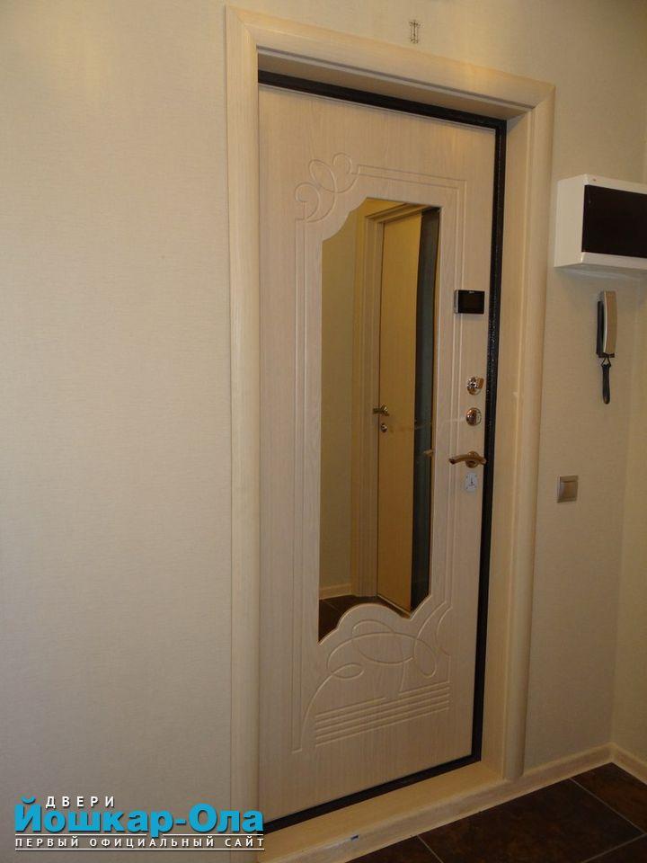 Входная дверь беленый дуб в интерьере